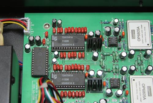 解码芯片采用两片tda1541a saa7220